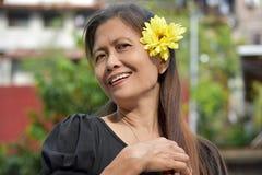 Gelukkige Aziatische Vrouwelijke Oudste met een Madeliefje royalty-vrije stock fotografie