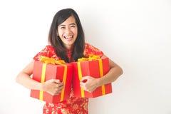 Gelukkige Aziatische vrouwenholding op giftdoos terwijl het vieren van Chinees Royalty-vrije Stock Afbeeldingen