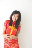 Gelukkige Aziatische vrouwenholding op giftdoos terwijl het vieren van Chinees Stock Afbeeldingen
