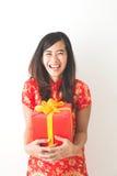 Gelukkige Aziatische vrouwenholding op giftdoos terwijl het vieren van Chinees Royalty-vrije Stock Fotografie