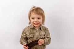 Gelukkige baby die chocolade eten Stock Afbeelding