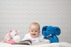 Gelukkige baby die een boek lezen Stock Foto