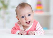 Gelukkige baby die recht de camera bekijken stock foto's