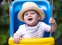 Gelukkige baby die van openluchtactiviteiten genieten stock afbeelding