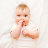 Gelukkige baby die zijn vinger zuigen Royalty-vrije Stock Afbeelding