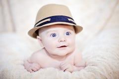 Gelukkige baby in hoed stock afbeeldingen