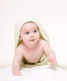 Gelukkige baby met groene handdoek. Royalty-vrije Stock Afbeeldingen