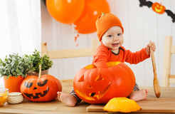 Gelukkige baby met pompoen voor Halloween Stock Afbeeldingen