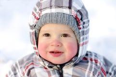 Gelukkige baby met rooskleurige wangen in de winter Royalty-vrije Stock Foto's