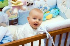 Gelukkige baby op buik Stock Afbeeldingen