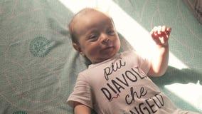 Gelukkige baby op het bed stock video