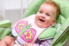 Gelukkige baby vóór maaltijd stock fotografie