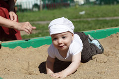 Gelukkige baby in zandbak royalty-vrije stock afbeelding
