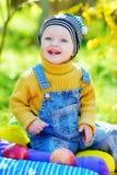 Gelukkige babyjongen in daling Stock Foto's
