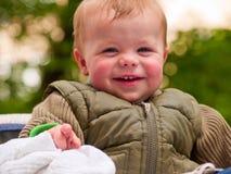Gelukkige babyjongen die met vreugde lacht Stock Foto
