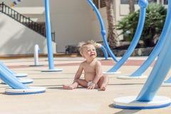 Gelukkige babyjongen die van speelplaats geniet royalty-vrije stock afbeeldingen