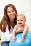 Gelukkige babyjongen met zijn moeder Stock Afbeeldingen