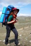 Gelukkige backpackervrouw in hoed stock fotografie