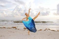 Gelukkige ballerina op strand Stock Afbeeldingen