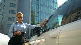 Gelukkige bedrijfsdame die in luxe auto, succesvolle aankoop krijgen, autolening royalty-vrije stock foto's