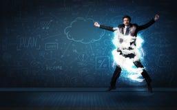 Gelukkige bedrijfsmens die met onweerswolk rond hem springen Royalty-vrije Stock Afbeelding