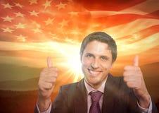 Gelukkige bedrijfsmens met duimen omhoog tegen zonsondergang en Amerikaanse vlag Royalty-vrije Stock Afbeelding