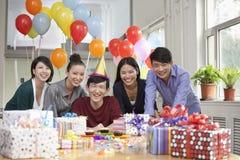 Gelukkige Bedrijfsmensen bij Bureaupartij Stock Afbeelding