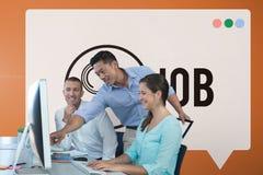 Gelukkige bedrijfsmensen die een computer tegen oranje achtergrond met grafisch bekijken Stock Foto's