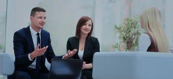 Gelukkige bedrijfsmensen die op vergadering op kantoor spreken royalty-vrije stock fotografie