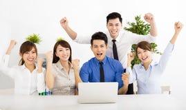 Gelukkige bedrijfsmensen die op vergadering samenwerken Stock Afbeelding