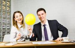 Gelukkige bedrijfsmensen die pret in bureau hebben Stock Foto