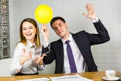 Gelukkige bedrijfsmensen die pret in bureau hebben Royalty-vrije Stock Afbeeldingen