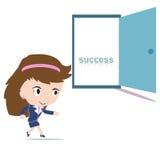 Gelukkige bedrijfsvrouw die aan een open deur met woord binnen succes lopen Royalty-vrije Stock Foto