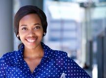 Gelukkige bedrijfsvrouw die buiten de bureaubouw glimlachen Royalty-vrije Stock Foto