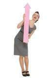 Gelukkige bedrijfsvrouw die met grote pijl benadrukt Stock Fotografie
