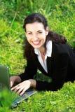 Gelukkige bedrijfsvrouw die met notitieboekje werkt Stock Foto's