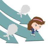 Gelukkige bedrijfsvrouw die op groene pijlweg lopen met de concurrentie Stock Afbeelding