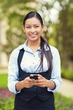 Gelukkige bedrijfsvrouw die slimme telefoon met behulp van Royalty-vrije Stock Foto's