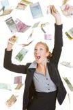 Gelukkige bedrijfsvrouw die vele euro rekeningen vangen stock foto's
