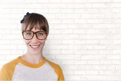 Gelukkige bedrijfsvrouw die zich tegen witte muurachtergrond bevinden Stock Foto's
