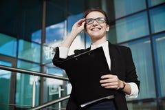 Gelukkige bedrijfsvrouw met mooie glimlach Bedrijfsconceptenlevensstijl Stock Afbeelding
