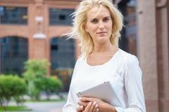 Gelukkige bedrijfsvrouw met tabletPC Stock Afbeeldingen