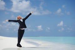 Gelukkige bedrijfsvrouw op de oceaankust royalty-vrije stock foto