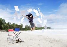 Gelukkige bedrijfsvrouw op strand royalty-vrije stock afbeeldingen