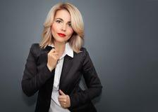 Gelukkige Bedrijfsvrouw in zwart jasje en rode lippen stock afbeelding