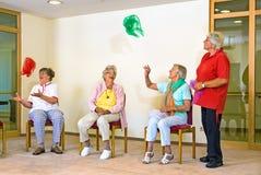 Gelukkige bejaarde dames in een gymnastiek royalty-vrije stock afbeelding