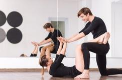Gelukkige bekwame dansers die elkaar bekijken royalty-vrije stock foto's