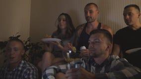Gelukkige beste vrienden die komedie op film of sociale media video op laptop thuis letten Jonge groep die mensen kola drinken stock video