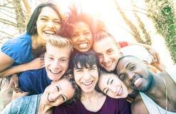 Gelukkige beste vrienden die pret nemen selfie bij picknick met achterverlichting royalty-vrije stock fotografie