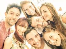 Gelukkige beste vrienden die selfie en pret hebben samen nemen stock foto